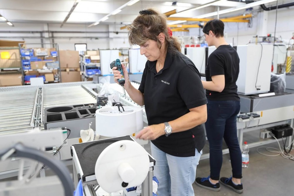Sestavování čističek vzduchu v továrně Ideal
